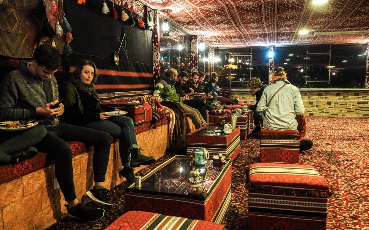 wieczór w hostelu w Wadi Musa