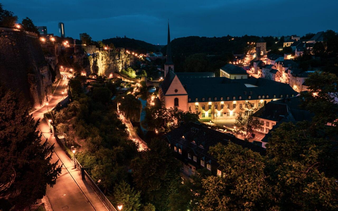 Luksemburg noca widok na miasto