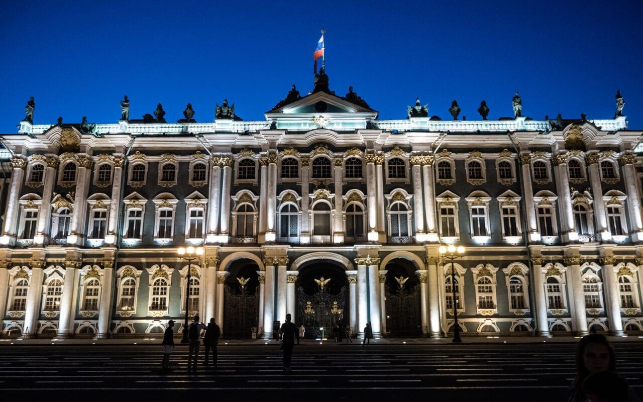 palac zimowy w St Petersburgu noca